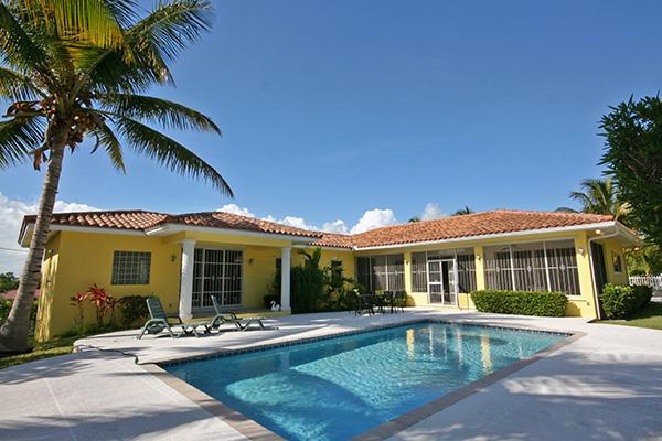 Casa Unifamiliar por un Venta en Fabulous Home on gated grounds with Pool Greening Glade, Grand Bahama, Bahamas