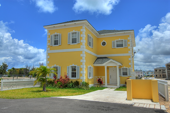 Casa para uma família para Venda às Beautiful Canalfront Home With All The Bells & Whistles Nassau New Providence And Vicinity
