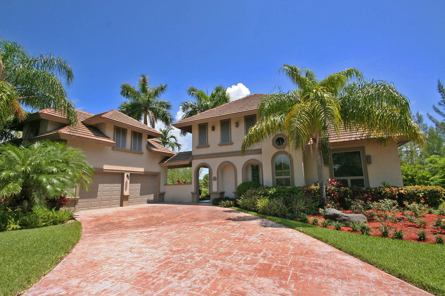 Maison unifamiliale pour l Vente à Stunning Home on the Canal in Fortune Bay! Bahamas