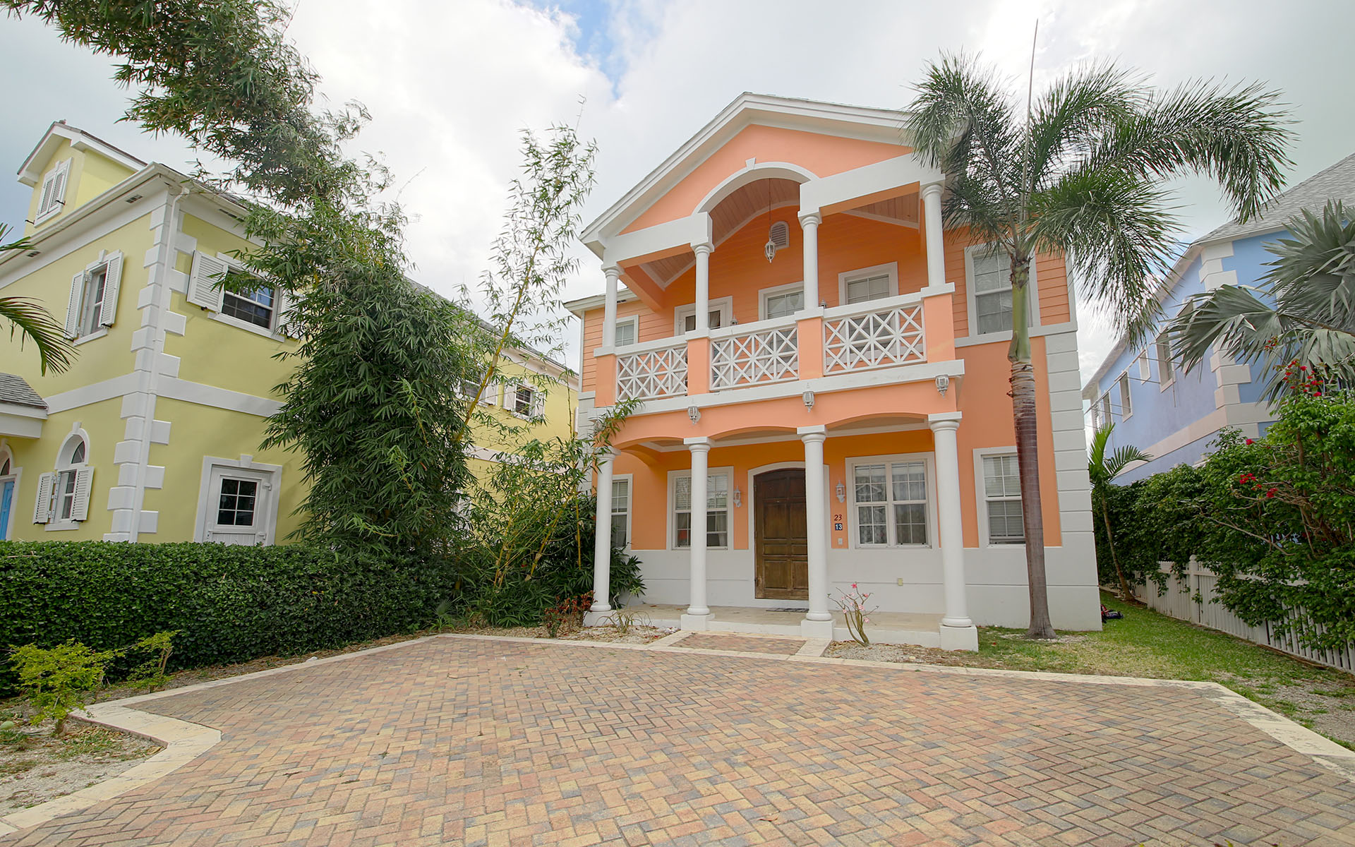 Maison unifamiliale pour l Vente à Traditional Colonial Style Home in Sandyport Nassau New Providence And Vicinity