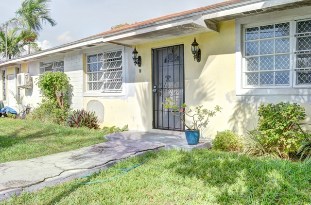 Single Family Home for Sale at Centrally located house with one bedroom efficiency Nassau And Paradise Island, Bahamas
