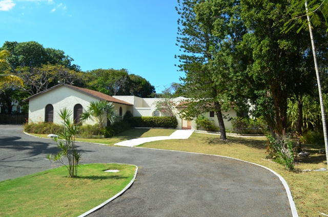Casa para uma família para Venda às Home in Camperdown on one and a quarter acre of land Nassau New Providence And Vicinity