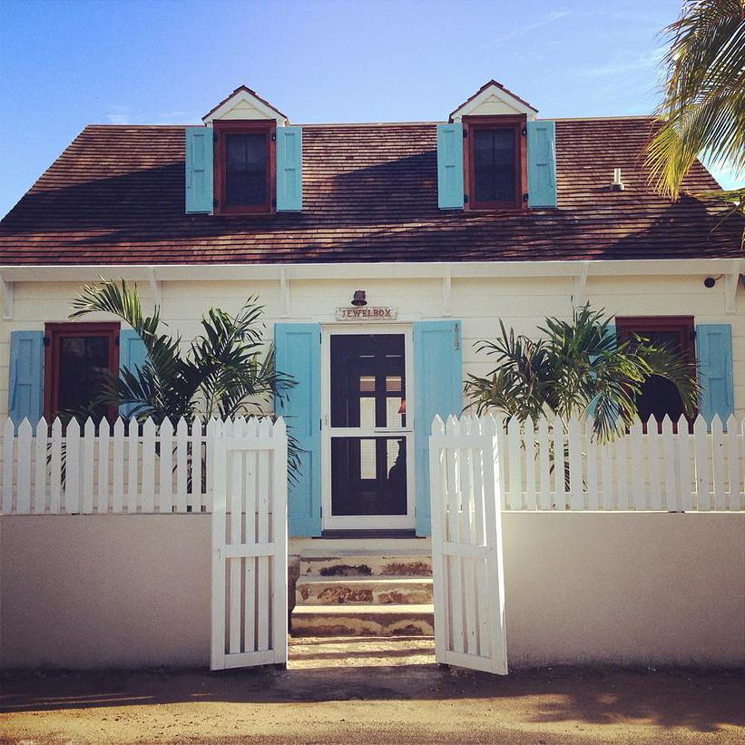 Maison unifamiliale pour l Vente à Beautifully Restored, Elegant Cottage in the Heart of Town Harbour Island, Bahamas