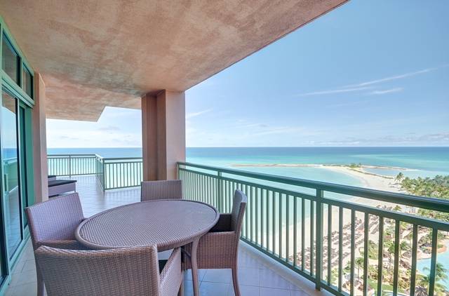 Appartement en copropriété pour l Vente à Fabulous 14th Floor Deluxe One Bedroom Ocean View Suite at The Reef Nassau New Providence And Vicinity