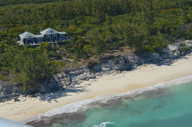 Maison unifamiliale pour l Vente à Elevated Beachfront home Berry Islands, Bahamas