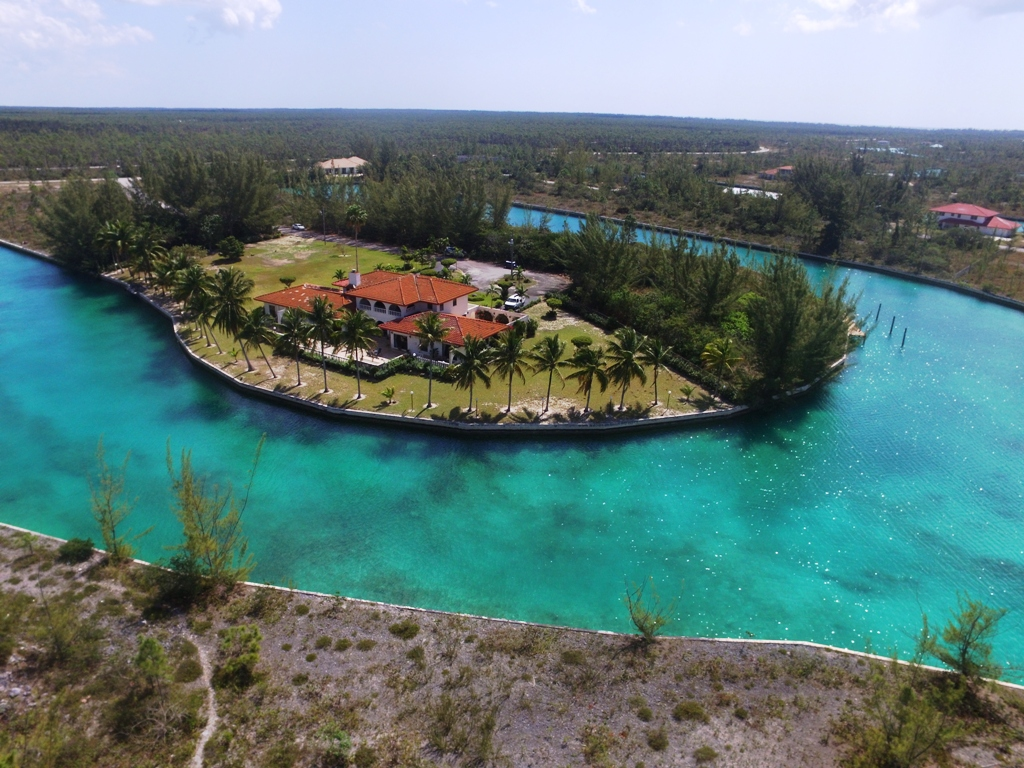 Eensgezinswoning voor Verkoop een t Waterfront Estate Home - Pine Bay, Lucaya - MLS 26880 Grand Bahama And Vicinity