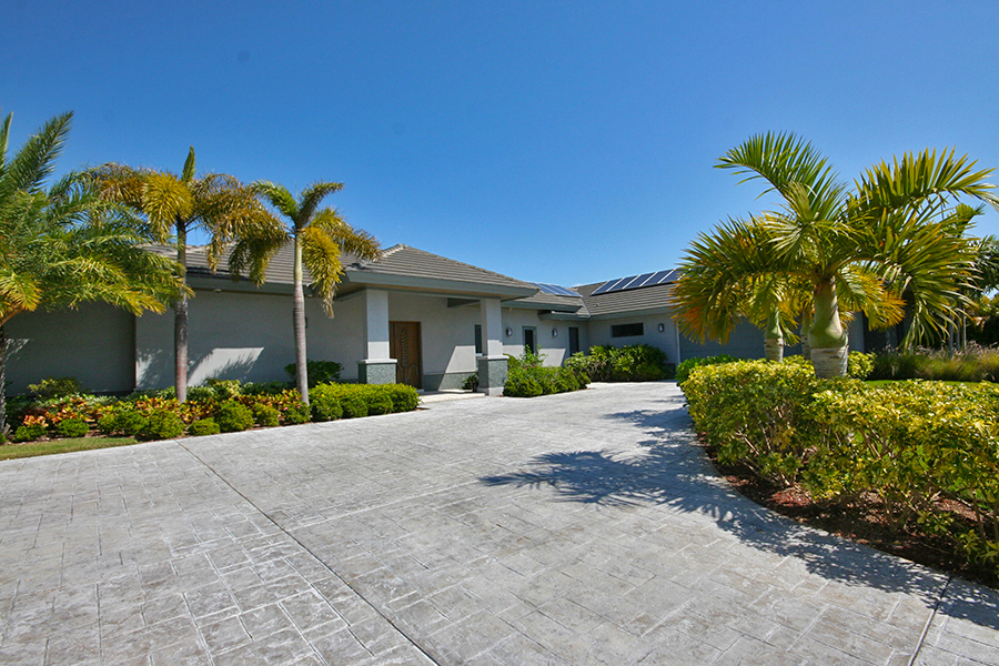 Maison unifamiliale pour l Vente à Newer Construction Canal Front Home in Upscale Neigborhood Near Beach Bahamas
