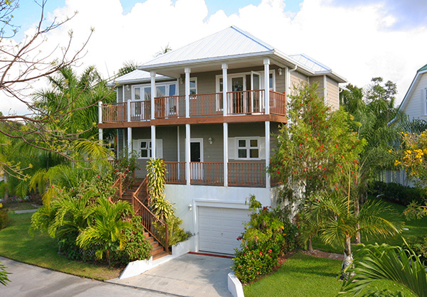 Casa para uma família para Venda às Newly Furnished Island Home in the Prestigious Beachfront Gated Community of Shoreline! Bahamas