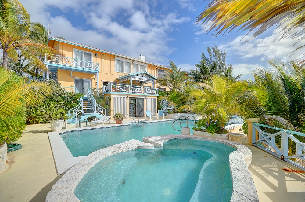 Maison unifamiliale pour l Vente à Fantastic Waterfront Vacation Property in Rainbow Bay, Eleuthera Eleuthera, Bahamas