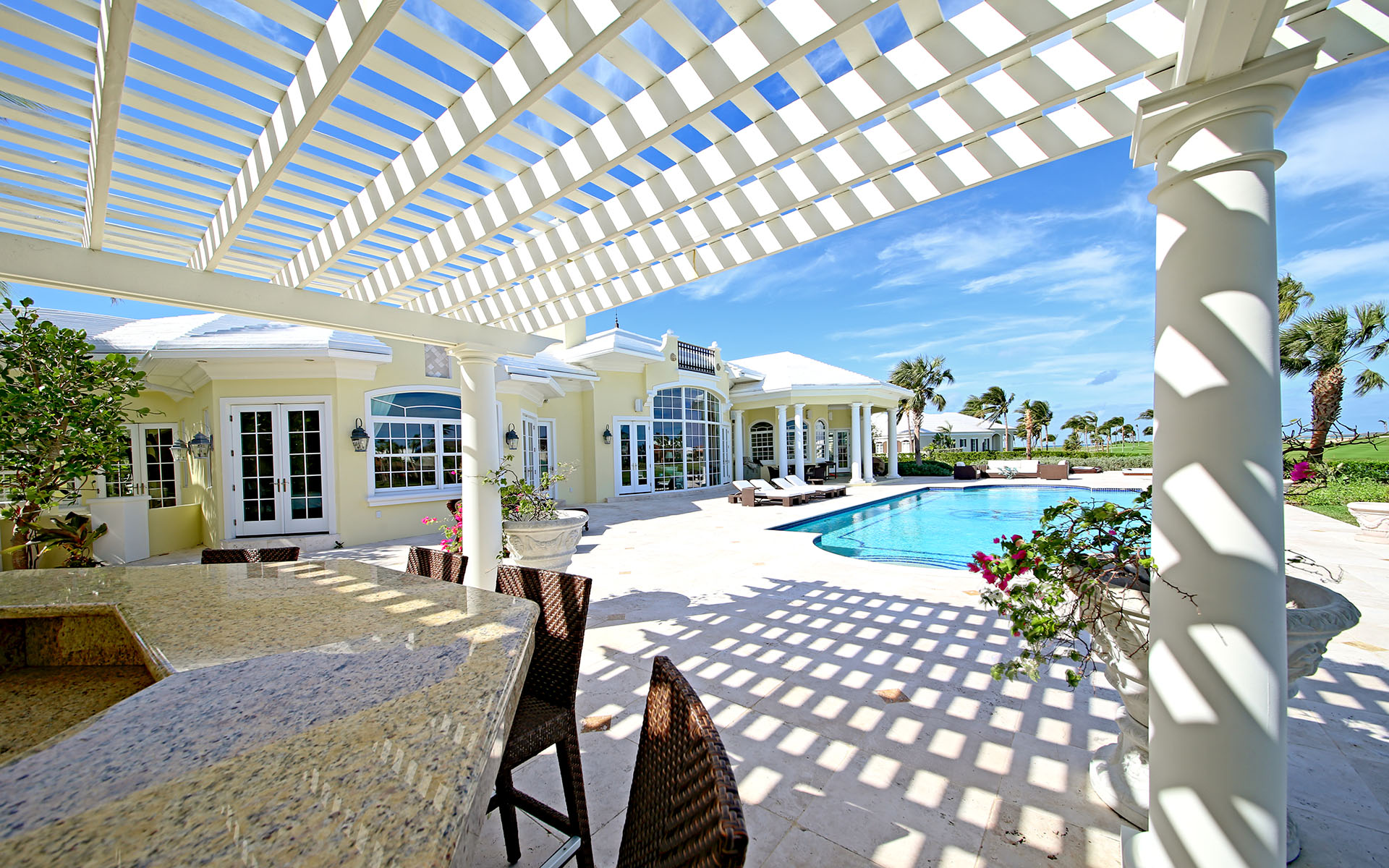 Casa Unifamiliar por un Alquiler en Ocean Club Estates home on large lot with Panoramic views Ocean Club Estates, Paradise Island, Nueva Providencia / Nassau Bahamas