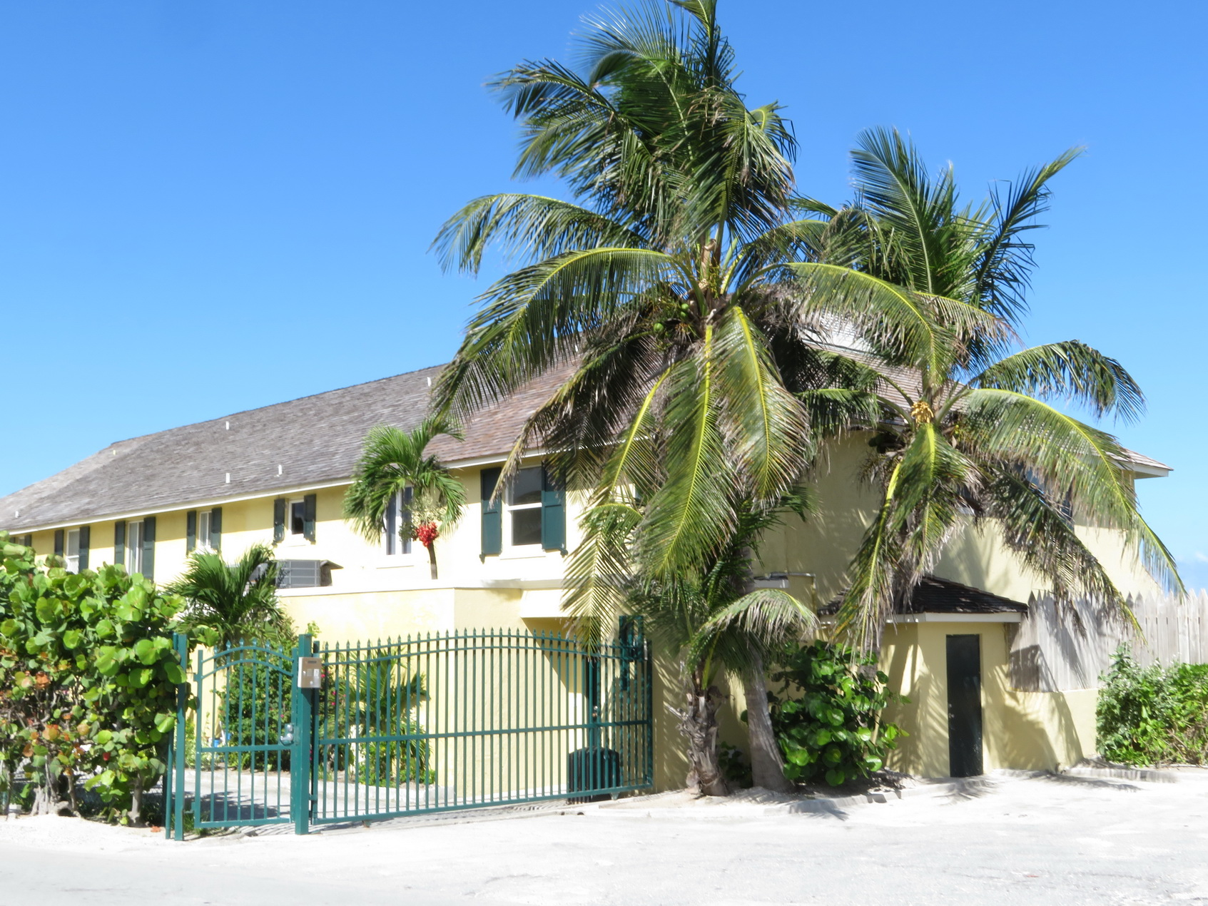 Co-op / Condo for Rent at Oceanfront 3 bedroom townhouse in West Nassau West Bay Street, Nassau And Paradise Island, Bahamas