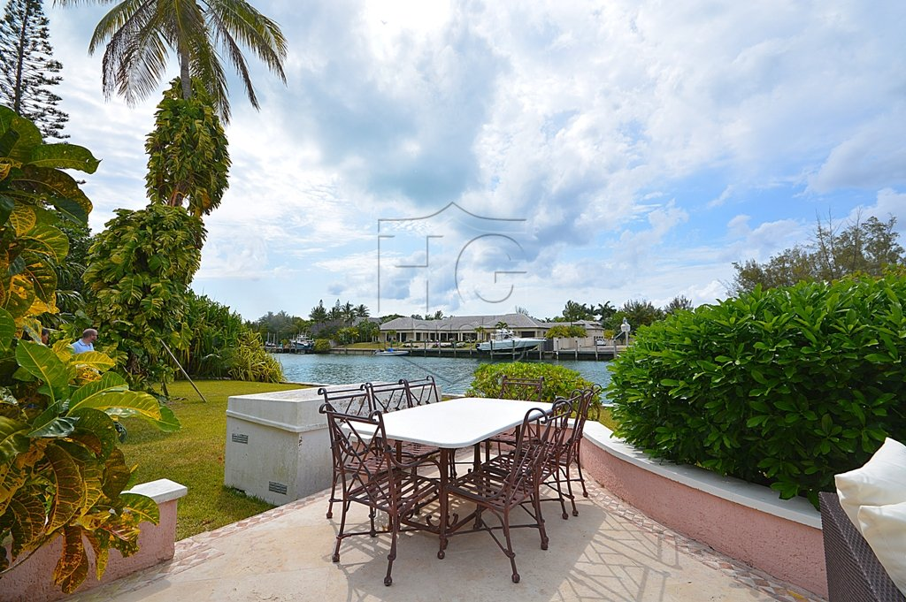 Additional photo for property listing at Large Canal Front House With Land 巴哈马