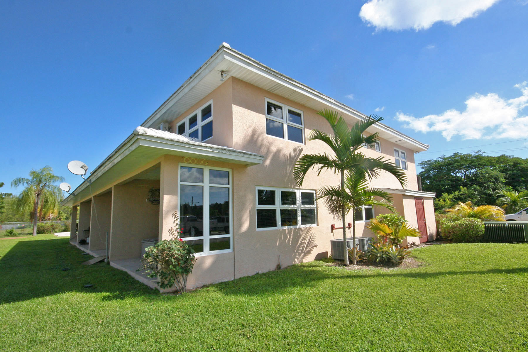 Additional photo for property listing at Easy Island Living in this 2 Bedroom Condo on Canal Near Beach! Grand Bahama, Bahamas