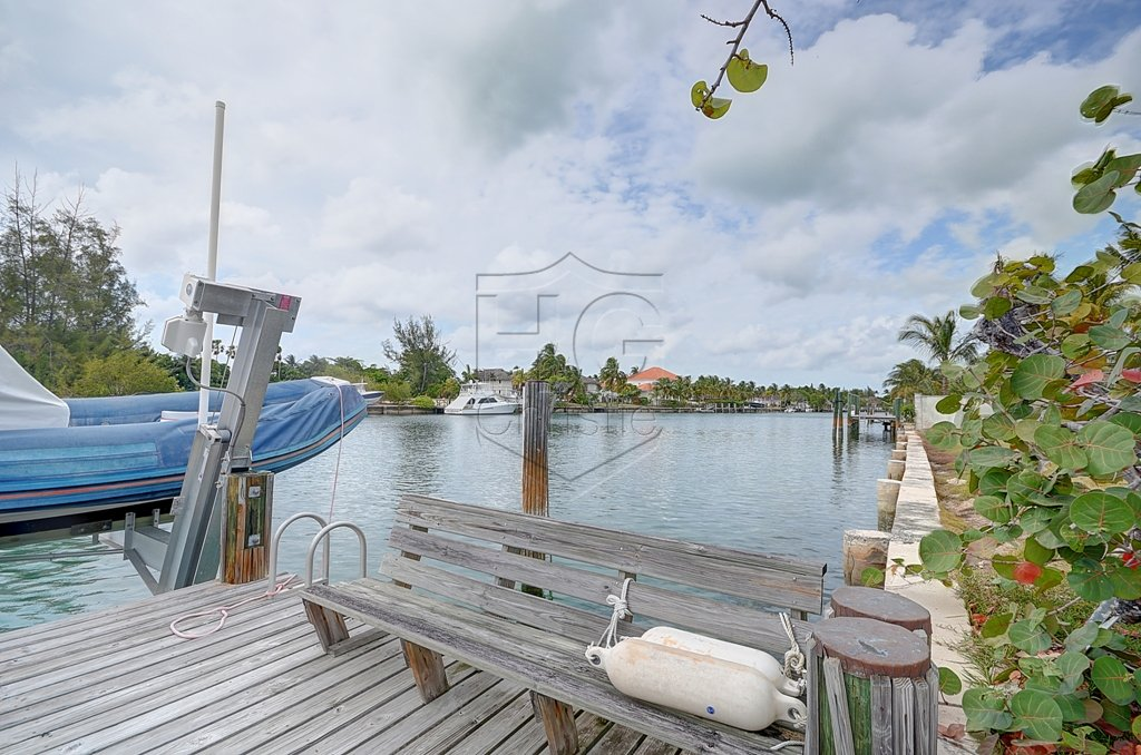 Additional photo for property listing at Large Canal Front House With Land Bahamas