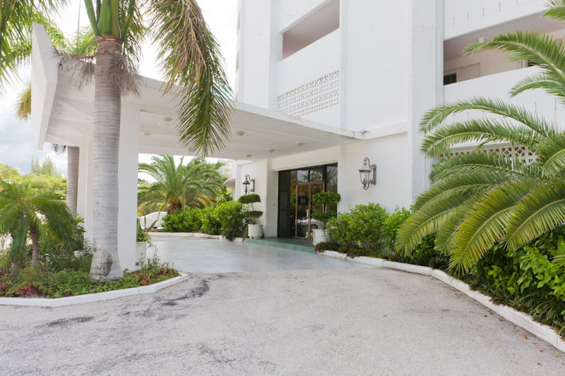 Additional photo for property listing at Spacious Silver Point Penthouse with Dazzling Ocean and Beach Views Bahamas