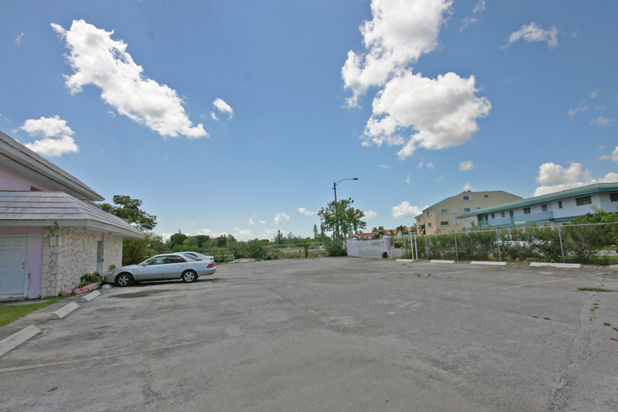 Additional photo for property listing at Prime Location! 19 Unit Apartment Complex next to Port Lucaya and Beach バハマ