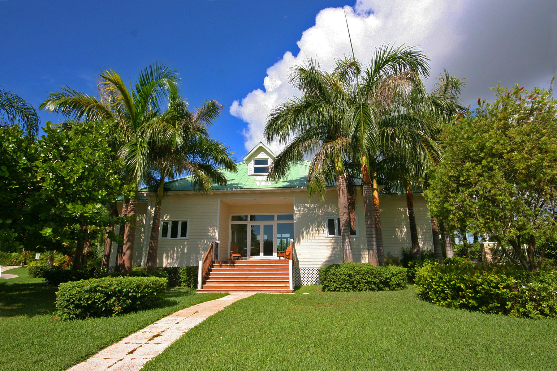 Additional photo for property listing at Beautiful Home in Shoreline Gate Community Bahamalar