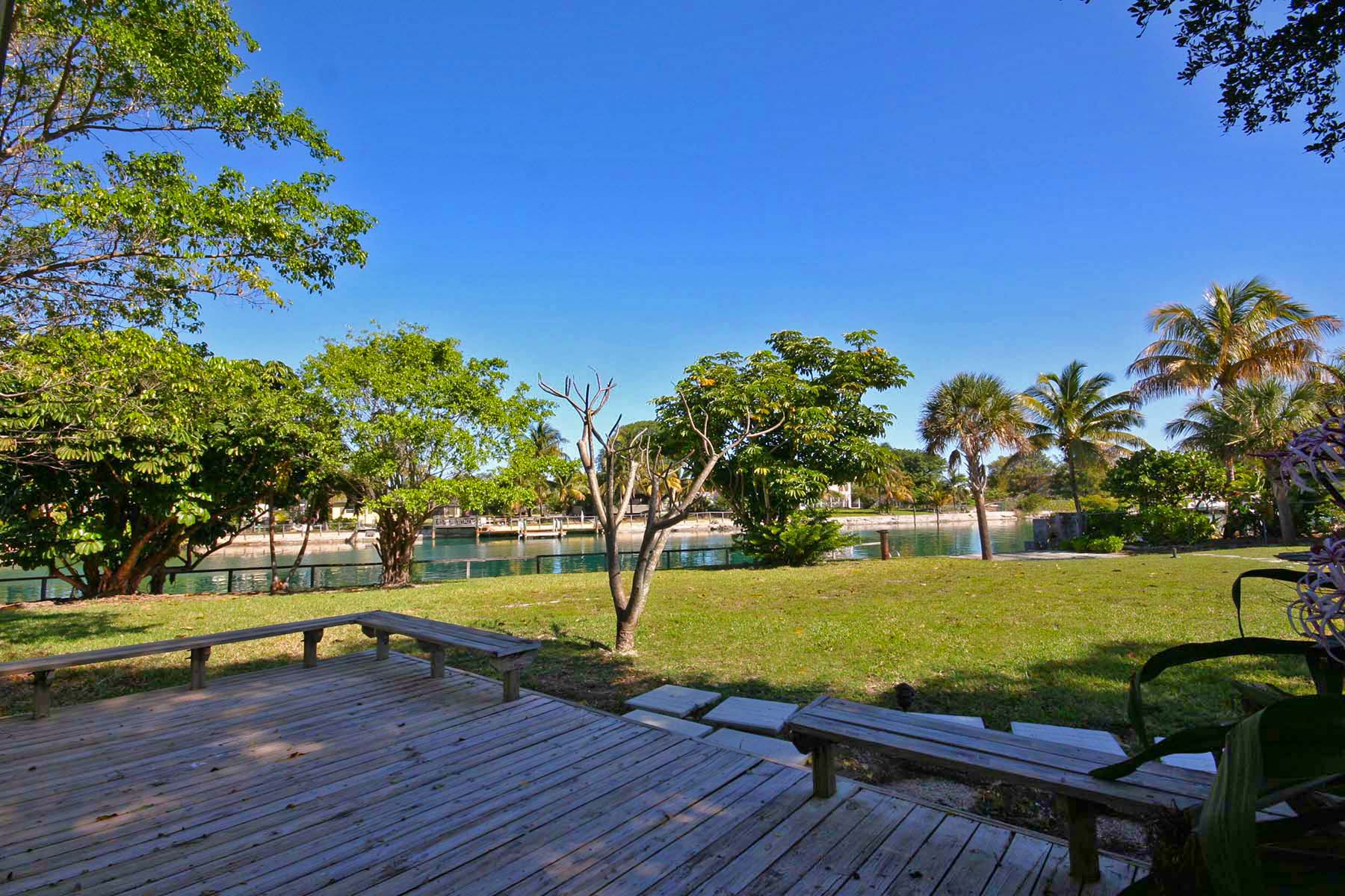 Additional photo for property listing at Wonderful Canalfront home with Guest Cottage on Spanish Main Drive Bahama Eilanden